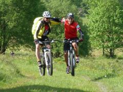 zwei Mountainbiker in der Rhön
